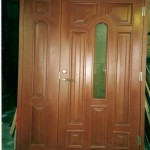 Peitsitud täistammest uks